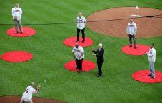 Hank Aaron tosses ceremonial ball to Bobby Cox